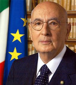 Il Presidente della Repubblica Giorgio Napolitano riceve dal tribunale arbitrale Gidiziario Europeo l´emblema del tribunale arbitrale, camere arbitrali italiane